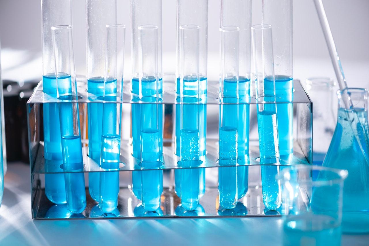 procedimentos realizados em um laboratório de análises clínicas?